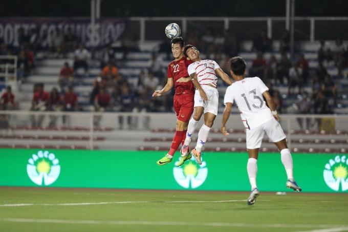<p> Tối 7/12 trận đấu bán kết giữa U22 Việt Nam và U22 Campuchia diễn ra trên SVĐ Rizal Memorial, Philippines. Lần đầu tiên bước vào đến bán kết SEA Games, các cầu thủ Campuchia chơi quyết liệt.</p> <p> Bước vào trận đấu, Campuchia chơi lấn lướt với lợi thế ''ăn tập'' trên sân cỏ nhân tạo. Bên cạnh đó, họ có những pha bóng thô bạo với các cầu thủ U22 Việt Nam. Trong ảnh, cầu thủ số 9 Campuchia dùng đầu cản phá Tiến Linh đánh đầu. Sau pha bóng này, Tiến Linh ôm đầu nằm sân khá lâu.</p> <p> Sau khi đánh đầu mở tỷ số cho Việt Nam, cầu thủ số 22 Việt Nam thường xuyên bị hậu vệ đối phương kèm sát và va chạm. Cuối hiệp 1, Tiến Linh bị đau, HLV Park đã thay người.</p>
