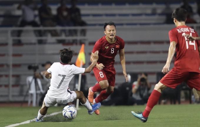 <p> Là cầu thủ có thể lực sung mãn, Trọng Hoàng thường xuyên bị đối phương lao vào. Trong ảnh,Mao Piseth có pha bóng triệt hạ Trọng Hoàng. Cầu thủ hai đội tranh cãi kịch liệt sau pha vào bóng ác ý của số 7 Campuchia.Mao Piseth phải nhận thẻ vàng.</p>
