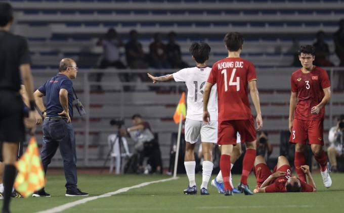<p> Trong pha bóng này, HLV Park hang-seo cũng bị cảnh cáo. Ông thầy người Hàn Quốc phản ứng trước trọng tài, bảo vệ Trọng Hoàng.</p>