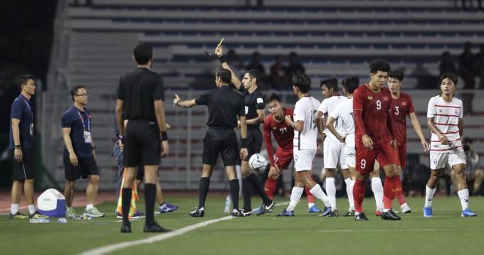 <p> Tuy nhiên, HLV Park phải nhận thẻ vàng từ trọng tài vì lỗi phản ứng.</p>