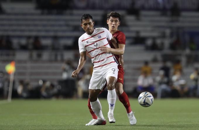 <p> Huỳnh Tấn Sinh khá vất vả với lối chơi mạnh bạo của đối phương. Trong hiệp 1, Tấn Sinh có những pha phá bóng hiệu quả.</p>