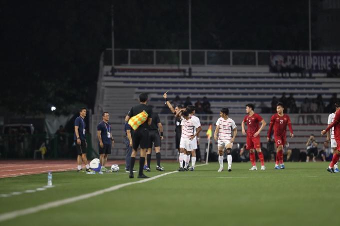 <p> Bên cạnh Trọng Hoàng, Hùng Dũng cũng bị đau ở lưng, sau pha va chạm với cầu thủ Campuchia.</p>