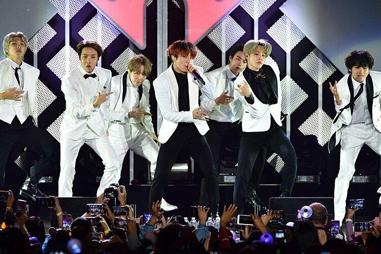 Từ khóa #BTSxJingleBall giữ vị trí thứ nhất top trending Twitter toàn cầu với hơn 800.000 lượt tweet. Nhiều fan cho rằng BTS đã biến đêm nhạc Giáng sinh của đài KISS-FM trở thành concert của riêng họ với sự cổ vũ nhiệt tình của hàng chụcnghìn Army có mặt tại khán đài The Forum, Los Angeles.
