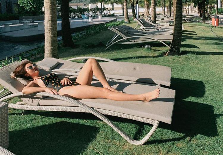 Văn Mai Hương khoe dáng khi nằm phơi nắng.