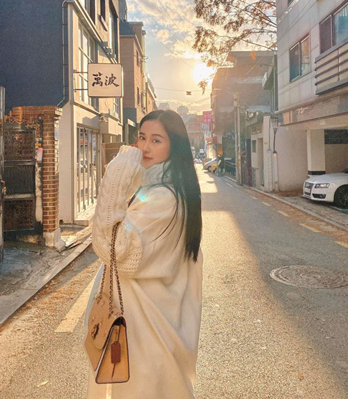 Jun Vũ mặc ấm áp dạo phố Hàn Quốc.