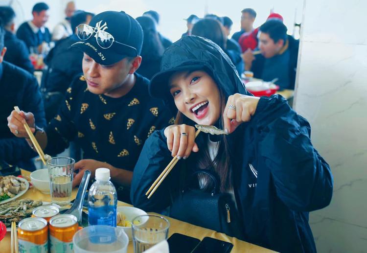 Bảo Thanh mặc tầng lớp chống chọi với cái lạnh ở Hà Giang.