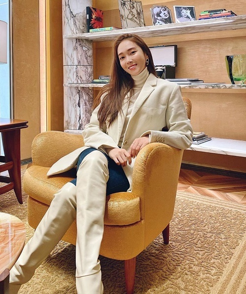 Jessica đi boots cùng tông màu kem với trang phục tạo tổng thể hài hòa.