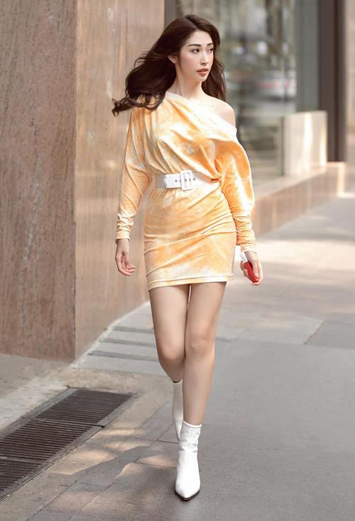 Khổng Tú Quỳnh khoe dáng với chiếc váy ôm sát. Trang phục được cô nàng kết hợp tông xuyệt tông với thắt lưng và boots tông trắng.