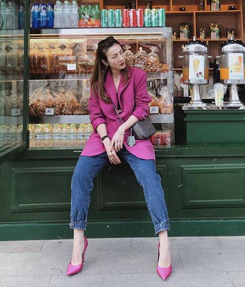 Yến Nhi khéo léo kết hợp blazer và giày cao gót tông xuyệt tông. Tông màu hồng tím tưởng sến nhưng trông rấthiện đại.