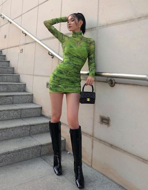Chân dài Quỳnh Hương mặc đầm ôm sát khoe dáng sexy như gái Tây.