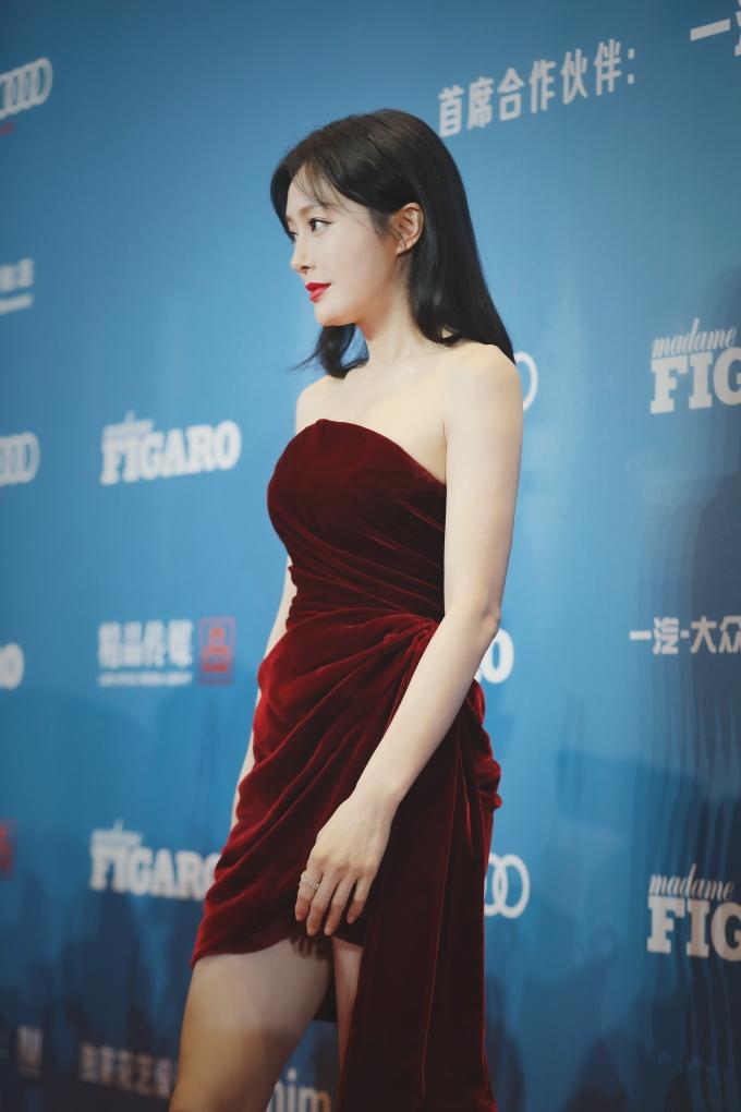 """<p> """"Hoàng hậu'' Tần Lam mặc kiểu váy xẻ khá ''nguy hiểm''.</p>"""