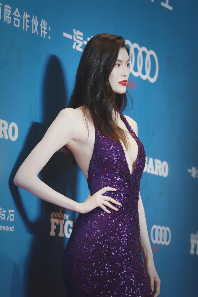 <p> Siêu mẫu Hà Tuệ gợi cảm hết mức với váy xẻ sâu.</p>