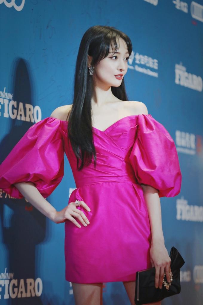 <p> Trịnh Sảng đang lấn sân sang lĩnh vực thời trang. Nữ diễn viên thường bị chê gương mặt đơ cứng, không hợp với kiểu trang điểm đậm.</p>