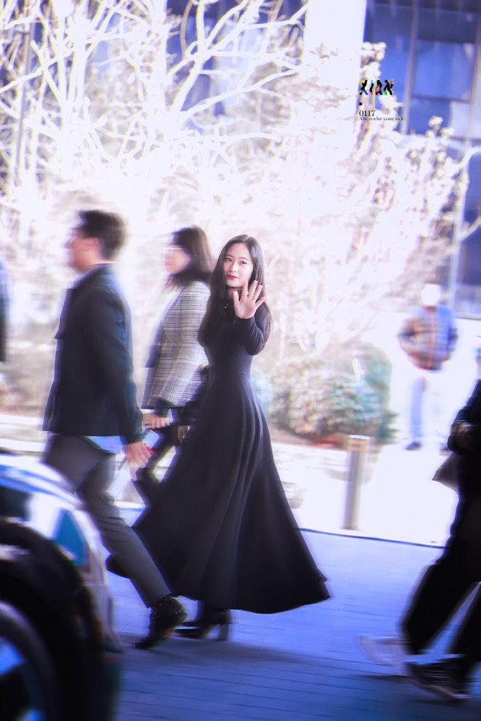 <p> Chỉ một bức ảnh chụp vội của ''người qua đường'', chưa qua chỉnh sửa, Krystal cũng đủ gây chú ý. Cô được nhận xét có khí chất diễn viên, phù hợp với những vai tiểu thư giàu có.</p>