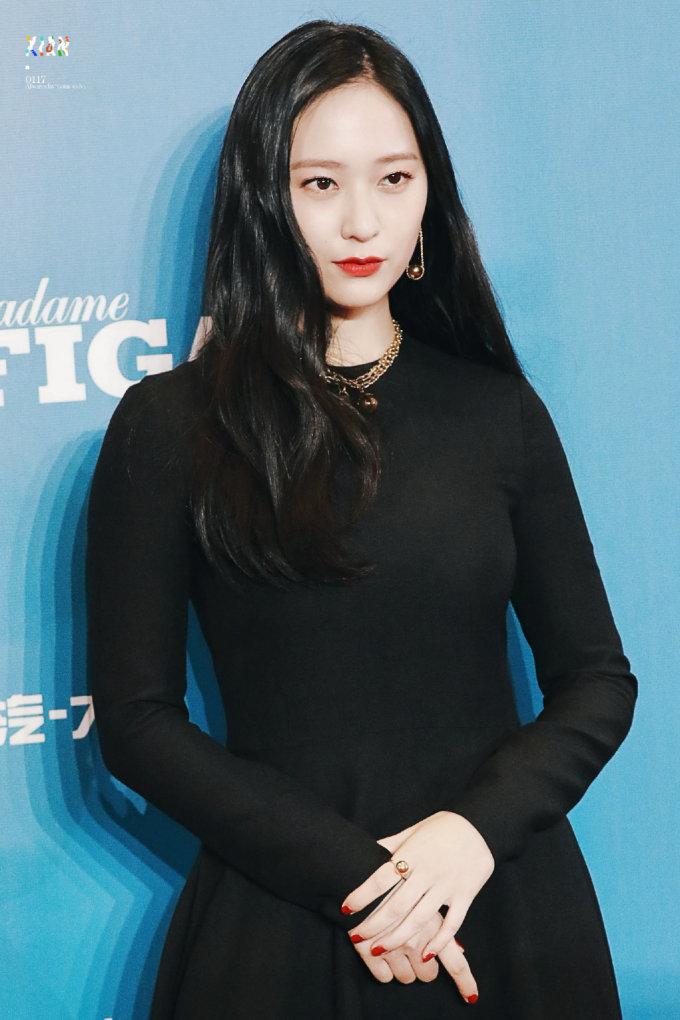 <p> Tối 7/12, Krystal sang Trung Quốc dự một sự kiện thời trang. Ngôi sao nhà SM lên hotsearch nhờ thần thái sang chảnh, thời thượng. Sau nhiều lần bị chê style xuống cấp, thân hình mũm mĩm, thành viên F(x) đã lấy lại phong độ với chiếc váy đen thanh lịch.</p>