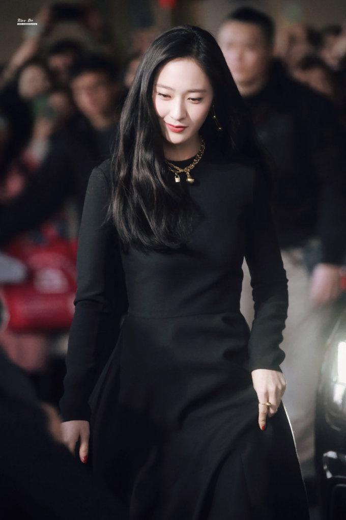 <p> Krystal mặc váy của Valentino toát lên vẻ quyền lực. Không cần mặc đồ hở hang, Krystal vẫn ''lấn át'' nhiều ngôi sao xứ Trung nhờ visual đỉnh cao.</p>