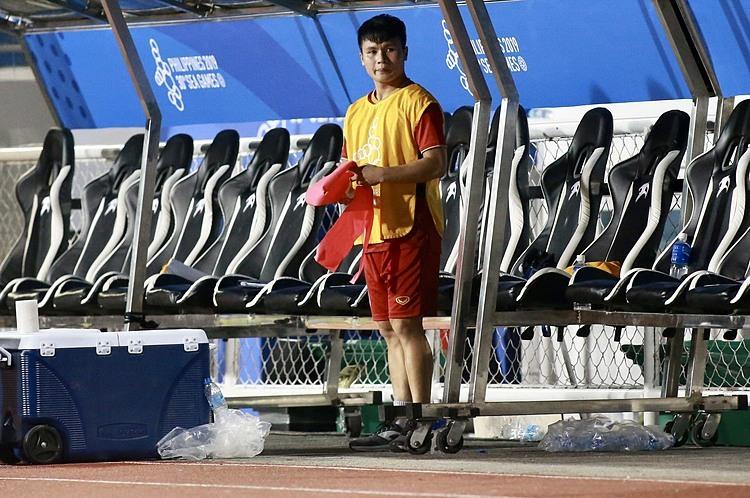 Dù chấn thương, Quang Hải vẫn đến sân thi đấu để cổ vũ đồng đội. Ảnh: Lâm Thỏa.