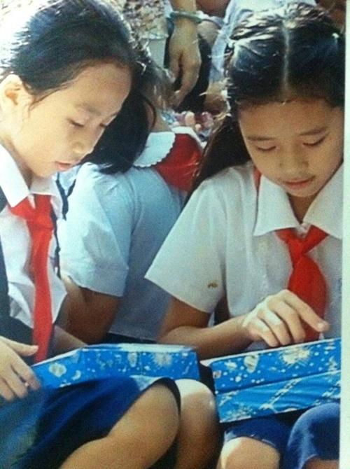Khánh Vân (phải) hồi còn là học sinh tiểu học. Cô cho biết mẹ là người côchịu ảnh hưởng nhiều nhất. Mẹ côlà người sôi nổi và tính rất đàn ông.
