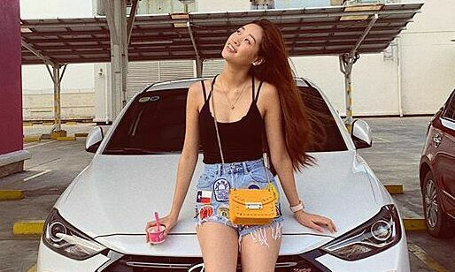 Khánh Vân thích lái môtô, chơi búp bê