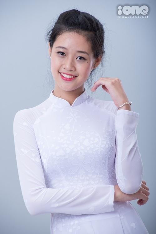 Khánh Vân trong bộ hình thực hiện bởi iOne năm 18 tuổi. Lúc này, cô học trường THPT Lý Tự Trọng (TP HCM) và nổi bật với chiều cao 1,75 m.