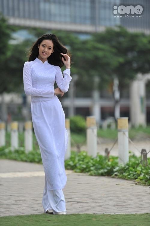 Nhờ gương mặt khả ái cùng vẻ đằm thắm, dịu dàng, cô đăng quang cuộc thi Gương mặt áo dài nữ sinh Việt Nam 2013.
