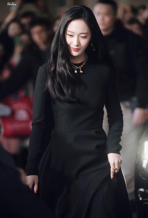 Cô nàng đã nhiều lần khiến netizen dậy sóng khi diện những outfit đen xuất hiện ở sự kiện. Diện trang phục đơn giản váy đen và bốt cổ cao cùng tông nhưng Krystal được khen nức nở với nhan sắc xinh đẹp, khí chất ngút ngàn.