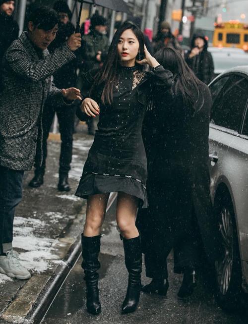 Là fashion icon với gu thời trang tươi trẻ nhưng Krystal vẫn hợp nhất với màu đen. Dù diện những item cơ bản nhất thì với màu đen đầy bí ẩn cô nàng vẫn ghi điểm tuyệt đối trong lòng người hâm mộ.