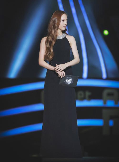 Trong bộ váy đen, nhan sắc và thần thái của Krystal không bị chìm đi mà còn được  tôn lên đầy nổi bật làm sáng bừng cả sân khấu.