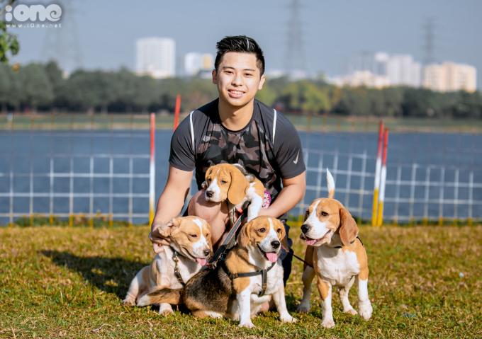 """<p> Tạ Thành Trung mang cả bốn chú cún thuộc giống Beagle từ một đến ba tuổi tham gia cuộc thi. Anh cũng là người đăng ký nhiều """"Boss"""" nhất tại cuộc thi sáng nay.</p>"""