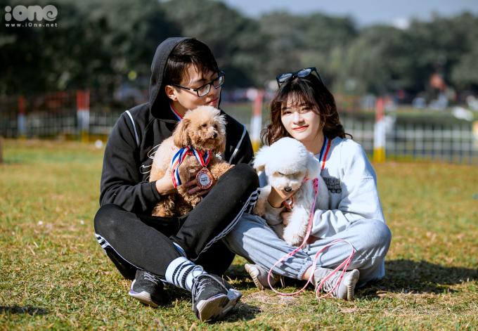 """<p> Bạn Nhật Vi (áo trắng) cùng cún cưng vừa hoàn thành phần chạy. """"Khá là mệt nhưng mình cảm thấy rất vui. Đây là lần đầu mình tham gia một cuộc thi vận động với cún như thế này. Cuộc thi cũng giúp mình gắn kết với cún cưng hơn"""", cô nói.</p>"""