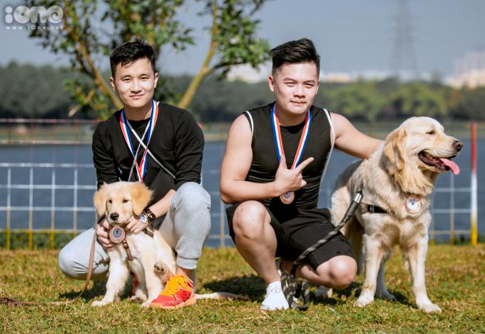 """<p> Lưu Văn Phong (trái) và Phạm Ngọc Bích (phải) chụp ảnh cùng cún cưng. Đây là hai """"thí sinh"""" thắng cuộc trong các phần thi của Running Raws.</p>"""