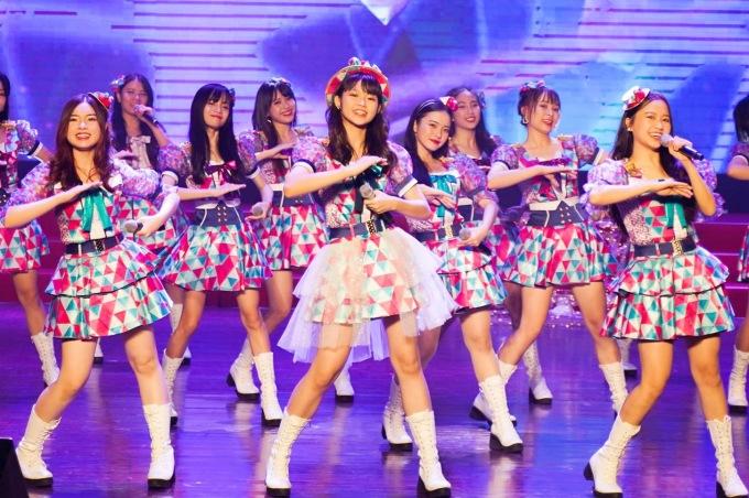 <p> Tối 7/12, nhóm nhạc SGO48 tổ chức mini show riêng đầu tiên trong sự nghiệp ca hát mang tên Koisuru Xmas Party. Ra mắt được một năm, nhóm nhạc nữ đông thành viên nhất Vpop (27 cô gái) đã bắt đầu tạo được dấu ấn. Đây còn là dịp để nhóm tri ân khán giả đã theo dõi và ủng hộ mình suốt thời gian qua.</p>