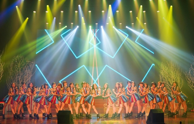 """<p> SGO48 đưa khán giả đến với không khí giáng sinh qua giai điệu quen thuộc của ca khúc """"We wish you a merry X'Mas""""... Các cô gái thể hiện phong cách trẻ trung, năng động và vũ đạo ngày càng điêu luyện.</p>"""
