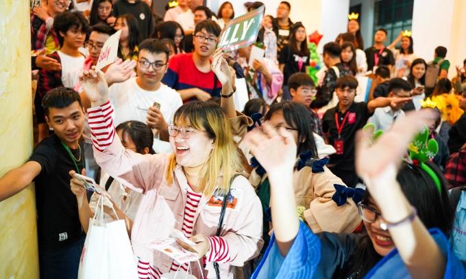 <p> Không khí náo nhiệt do fan tạo ra ở sự kiện của SGO48.</p>