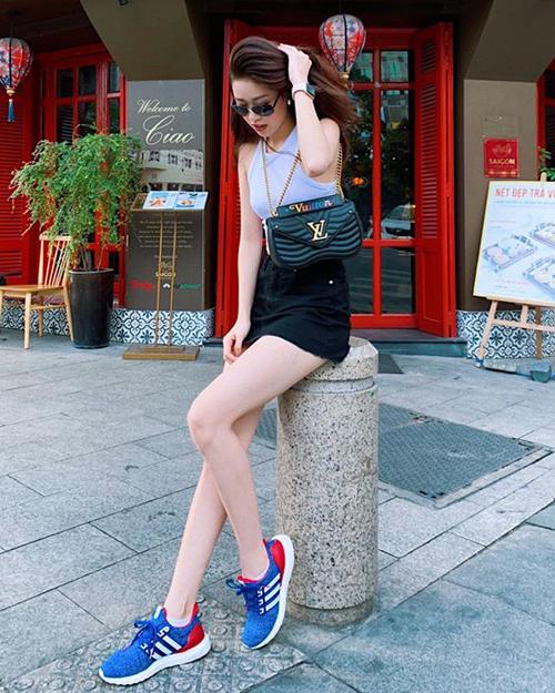 Khánh Vân nhiều lần khoe xuống phố với những chiếc túi đúng mốt của Louis Vuitton, giá từ 30 triệu đồng.
