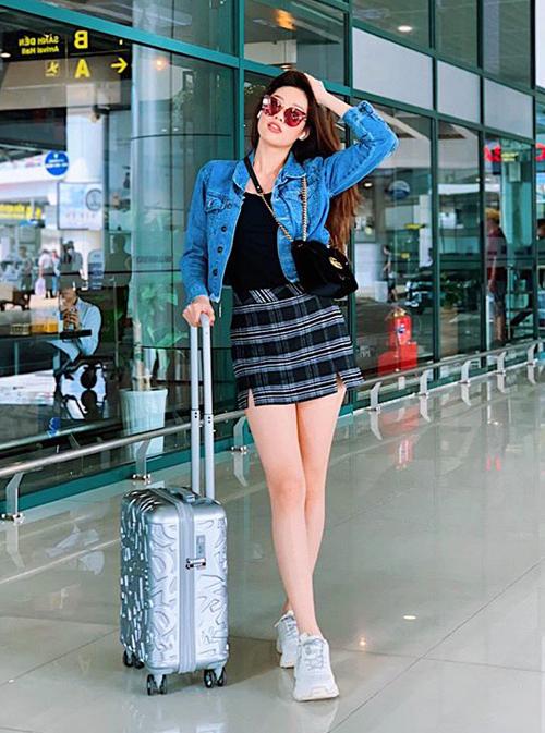 Thiết kế Gucci cũng được người đẹp đeo theo cách ngẫu hứng, tăng điểm cá tính cho set đồ khoe chân ở sân bay.