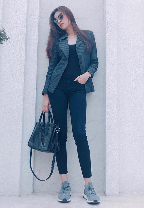 Nhờ chiều cao nổi bật, tỷ lệ cơ thể tốt với đôi chân dài gấp đôi người, Khánh Vân tự tin chinh phục mọi kiểu đồ.