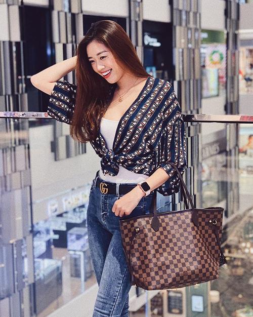 Tân Hoa hậu có vẻ đẹp rạng rỡ, phong cách phóng khoáng giống các cô gái Âu Mỹ. Cô cũng là một tín đồ của hàng hiệu với những món đồ đắt tiền thường xuyên xuất hiện trong street style.