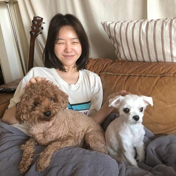 Mina (Girls Day) thoải mái để mặt mộc ở nhà vui đùa cùng cún cưng.