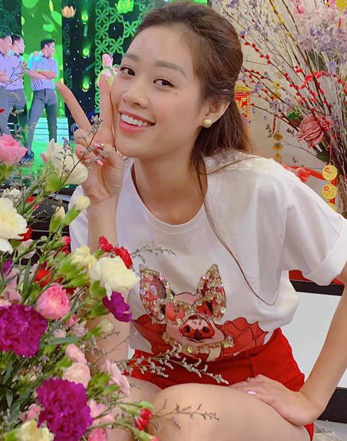 Tân Hoa hậu Hoàn vũ Việt Nam Nguyễn Trần Khánh Vân có gương mặt xinh xắn cả khi để mặt mộc. Lúc trang điểm nhẹ nhàng, cô có ưu điểm nổi bật là nụ cười rạng rỡ.