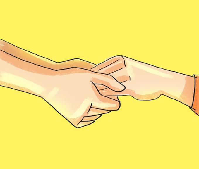 <p> <strong>13. Bắt tay với lòng bàn tay hướng xuống sàn</strong><br /> Nếu một người nắm tay từ bên dưới, họ đang thầm nói với bạn: Tôi đã sẵn sàng giúp đỡ khi bạn cần.</p>