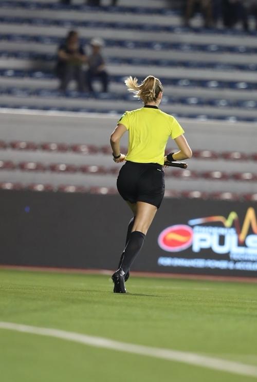Nữ trọng tài 26 tuổi xông xao trên sân.