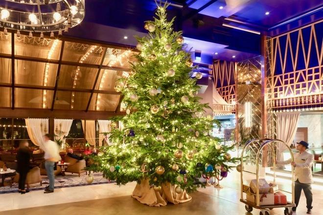 Cây thông được trưng tại sảnh của khách sạn Kempinski.