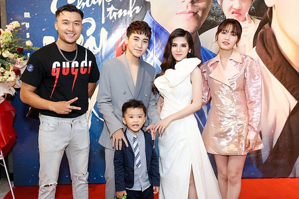 Diễn viên Xuân Phúc (bìa trái), Nhung Gumiho (bìa phải) và diễn viên nhí trong MV đến chúc mừng vợ chồng Huy Cung.