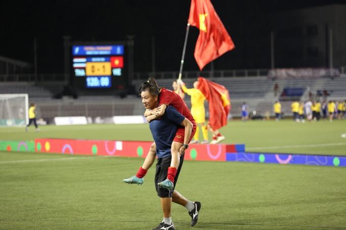 <p> Cô được một thành viên BHL cõng vì không thể tự đi. Khi cùng toàn đội chạy ra mừng chiến thắng 1-0 trước Thái Lan, Như bị đau một lần nữa.</p>