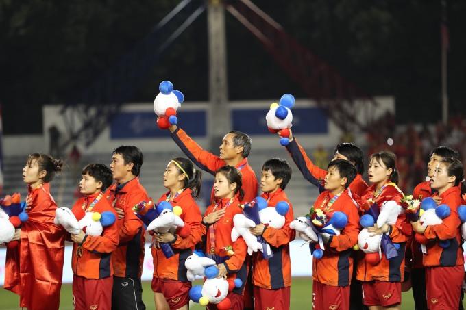 <p> Nhiều tờ thể thao khu vực chúc mừng chiến thắng của đội bóng đá nữ Việt Nam. Với HLV Mai Đức Chung, đây là tấm HCV SEA Games thứ tư của ông trên cương vị HLV tuyển bóng đá nữ Việt Nam.</p>