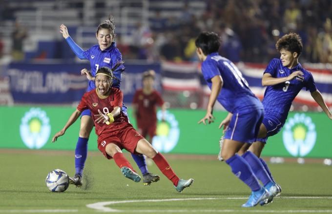 """<p> Thái Lan đem theo khao khát """"phục thù"""" từ trận thua SEA Games 2017 và AFF Cup 2019 ở cuộc đối đầu Việt Nam trên sân Rizal Memorial, ngày 8/12. Đây là lần đụng độ thứ hai giữa hai đội ở SEA Games 30. Ở vòng bảng, đôi bên bất phân thắng bại với tỷ số 1-1. Trong ảnh, đội trưởng Huỳnh Như giữa vòng vây các tuyển thủ Thái Lan.</p>"""