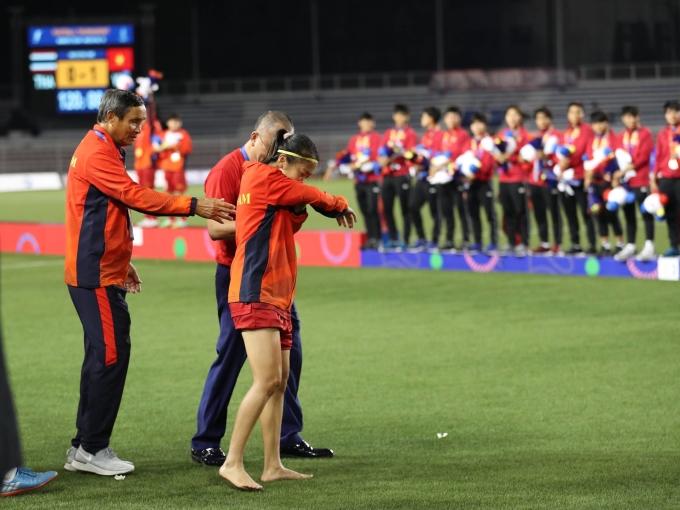 <p> Khi lên nhận giải, cô không cho ai dìu, vừa đi vừa khóc. Tuy nhiên, HLV Mai Đức Chung và một thành viên ban huấn luyện vẫn theo sát Huỳnh Như.</p>