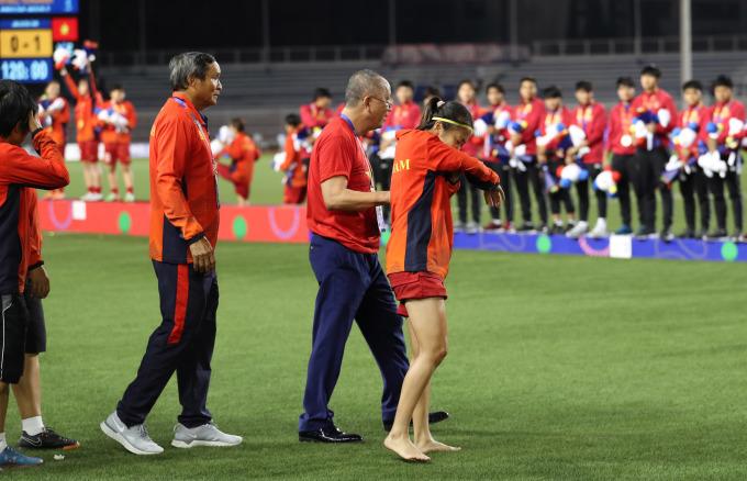 <p> Huỳnh Như bị chuột rút sau trận đấu. Cô đi chân trần, vừa bước vừa khóc lúc lên bục vinh quang.</p>