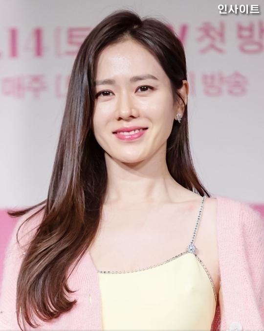 Nhan sắcSon Ye Jin gây ấn tượng với khán giả. Ở tuổi 37, cô đã lộ dấu hiệu lão hóa nhưng vẫn tỏa sáng nhờ thần thái dịu dàng, nữ tính.